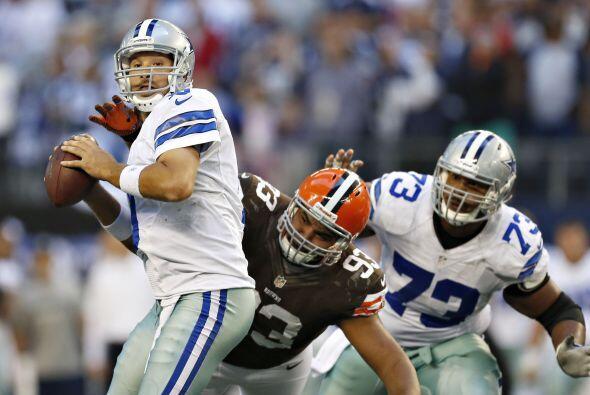 La línea defensiva de los Browns lograron capturar siete veces a Romo.