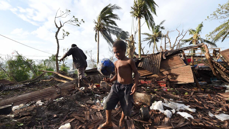 Un niño juega en los escombros de su casa destrozada por un ciclón en Po...