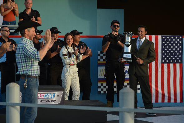 """""""Ela"""" ya lo espera en el podio. Todos aplauden al ganador."""