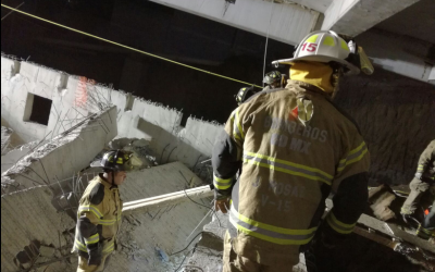 Efectivos del cuerpo de bomberos buscan sobrevivientes o cadávere...