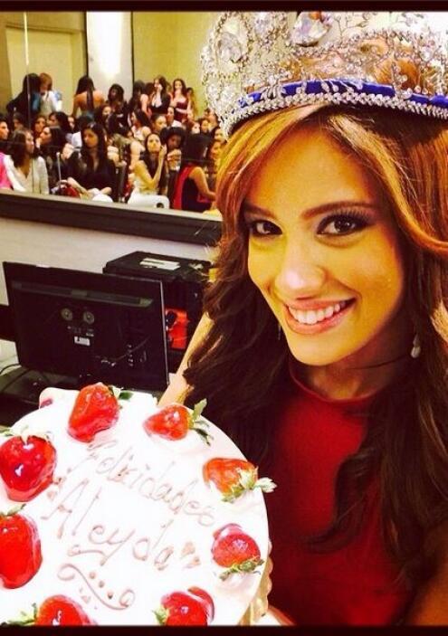 Aleyda celebró su cumpleaños con un delicioso pastel acompañada de de mu...