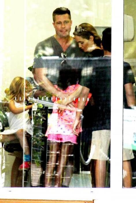 Brad y Angelina abrazando a la pequeña Zahara. Mira aquí los videos más...