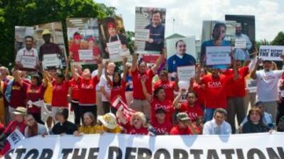 Inmigrantes protestan frente a la Casa Blanca para pedir un alto a las d...