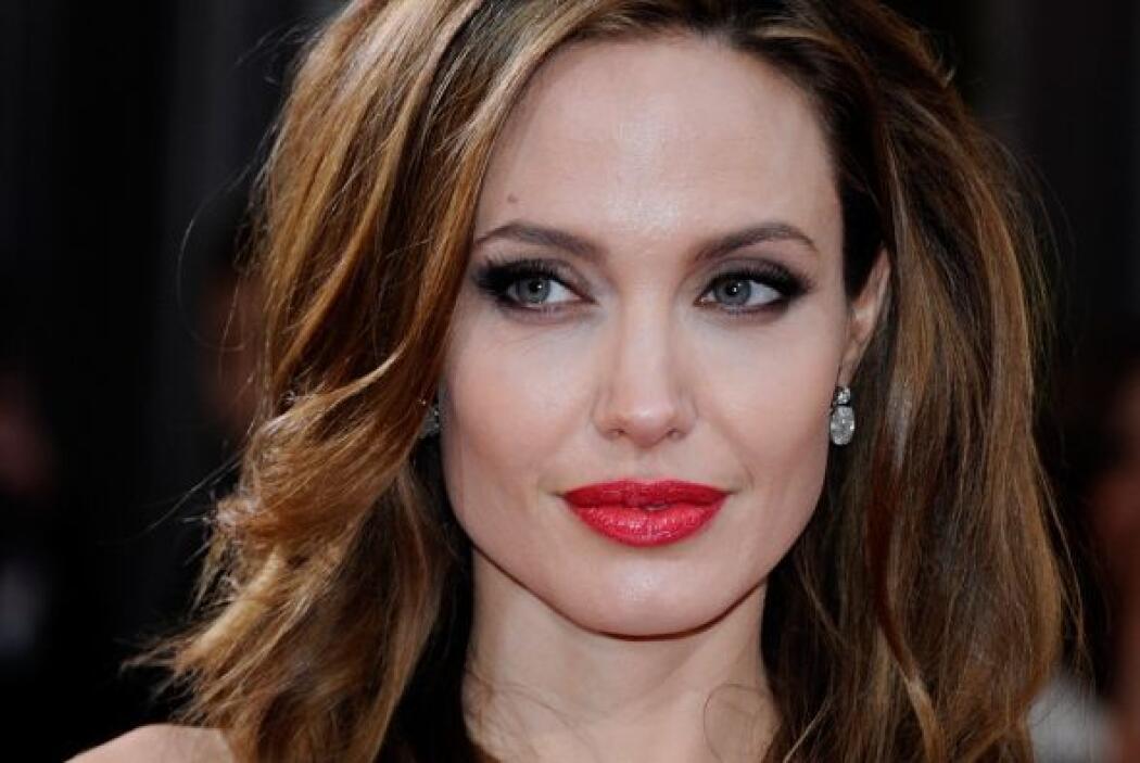 Cabeza: Besar la famosa y sensual boca de Angelina Jolie es como probar...