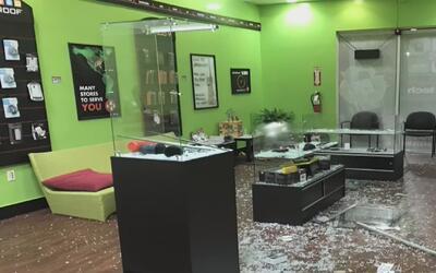Saquean una tienda de teléfonos celulares en Doral