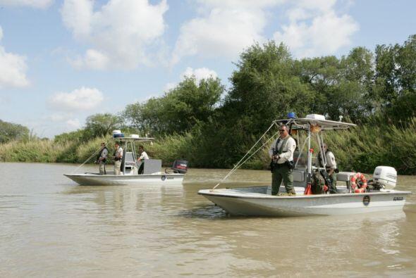 Aquí por ejemplo, se observa a agentes patrullando la frontera del Río G...