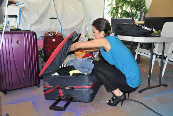 Carolina abrió la maleta y no sabia como la iba a cerrar.