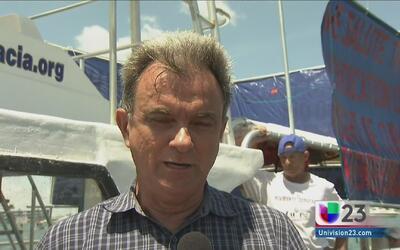 Decenas de exiliados cubanos celebraron la salida del crucero de Carnival