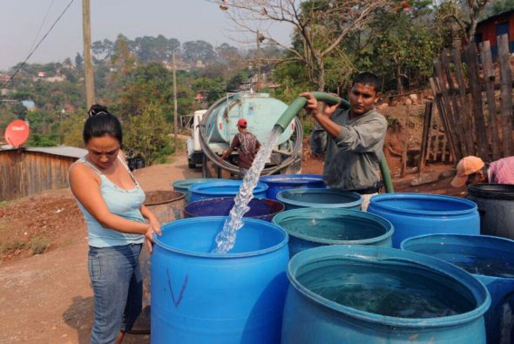 Por esta razón, muchos han tenido que acumular el agua que les proveen l...