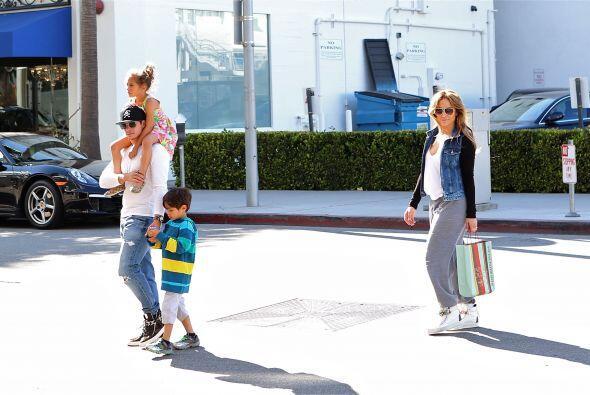 Los famosos salieron de compras el domingo por Beverly Hills. Mira aquí...