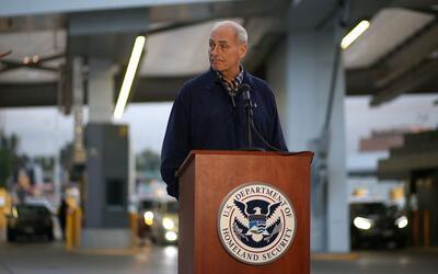 El secretario de Seguridad Nacional habla con agentes de seguridad en el...