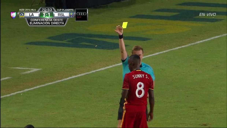 Tarjeta amarilla. El árbitro amonesta a Sunday Stephen Obayan de Real Sa...