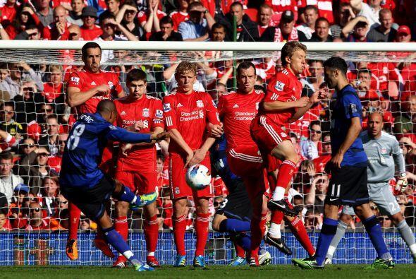 Un tiro libre de Ashley Young pasó muy cerca y el United se acerc...