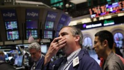 El promedio industrial Dow Jones cayó 279.65 puntos, o un 2,2%, hasta 12...