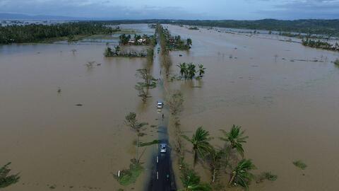 Evacuan a miles de personas de la región oriental de Filipinas tras lleg...