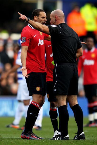 Rio Ferdinand estaba de muy mal humor y le reclamó de todo al árbitro.