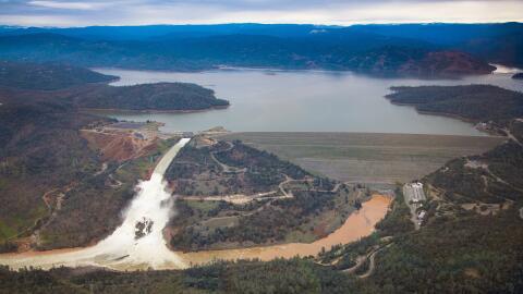 La represa Oroville, en el norte de California, libera 100,000 pies c&ua...
