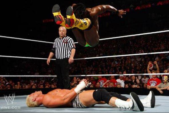 Kofi Kingston sacó sus dotes voladoras y le cayó encima a...