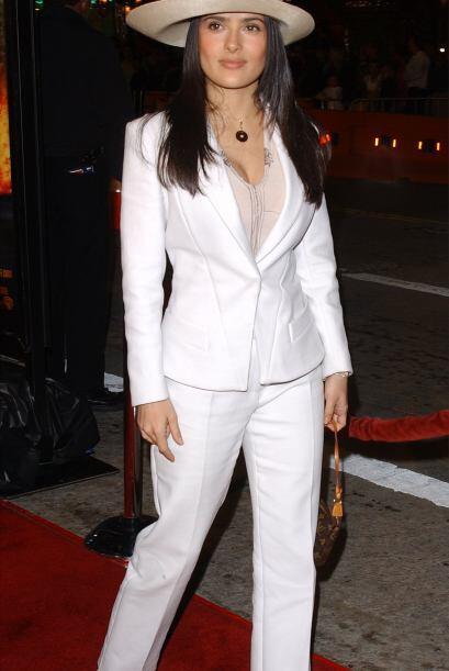 El tuxedo no es algo nuevo en Hollywood, imagínense que Salma Hay...