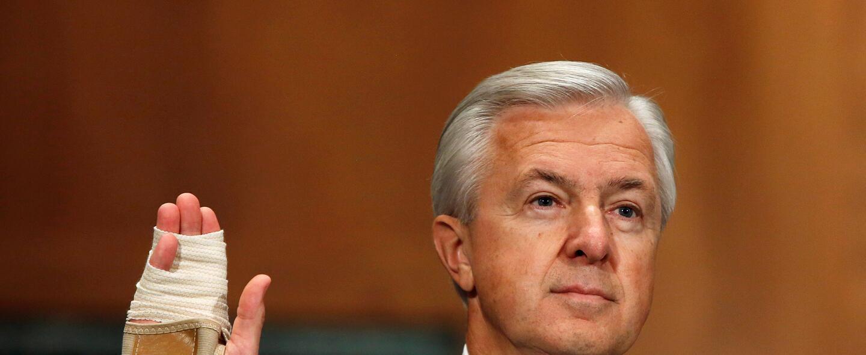 El máximo directivo de Wells Fargo, John Stumpf, al inicio de su compare...