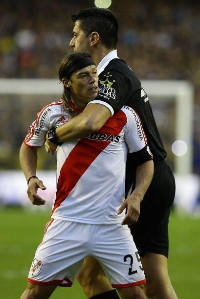 El veterano Matías Almeyda, expulsado sobre el cierre del juego,...