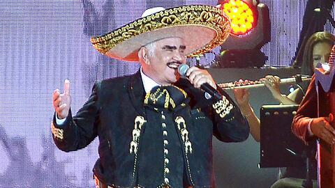 Vicente Fernández está en el primer lugar de ventas con su disco 'Un Azt...