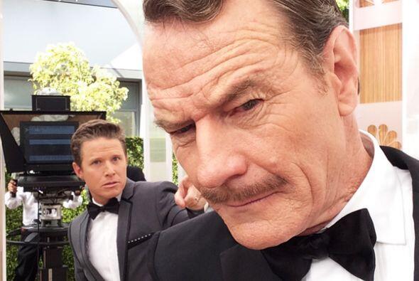 Bryan Cranston también ama la 'selfies' en los Emmys 2014.