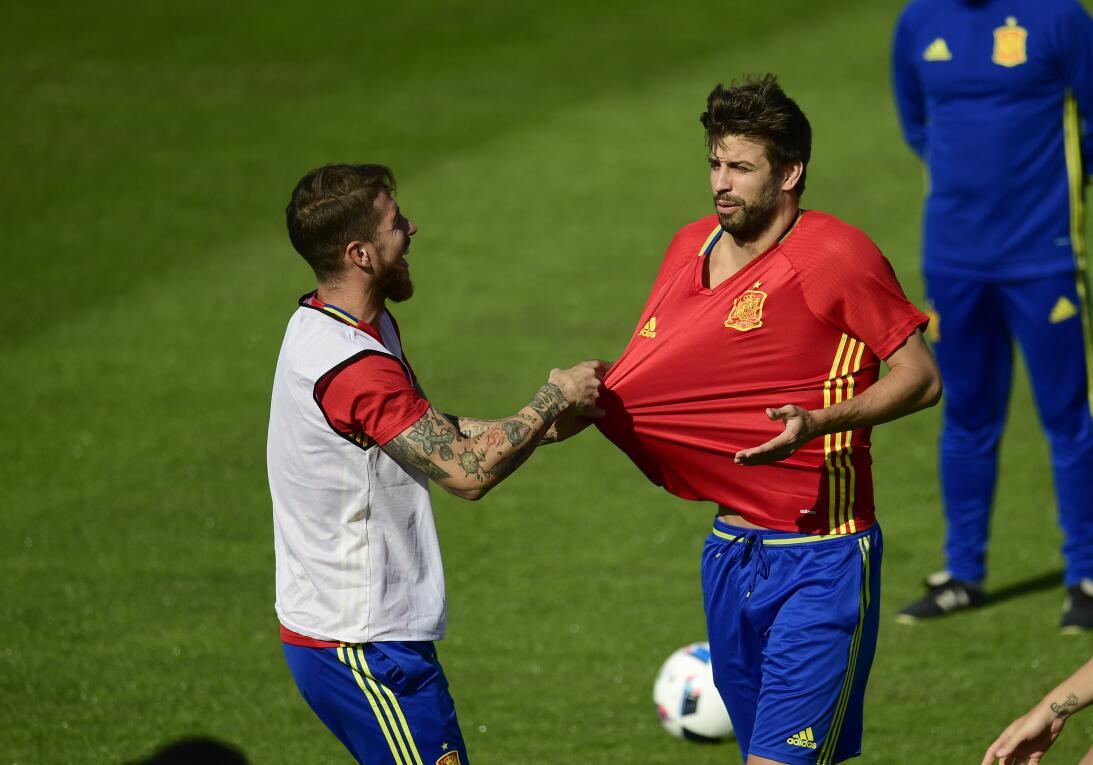 Amigos y Rivales, en mundos desiguales: Ramos y Piqué GettyImages-542768...
