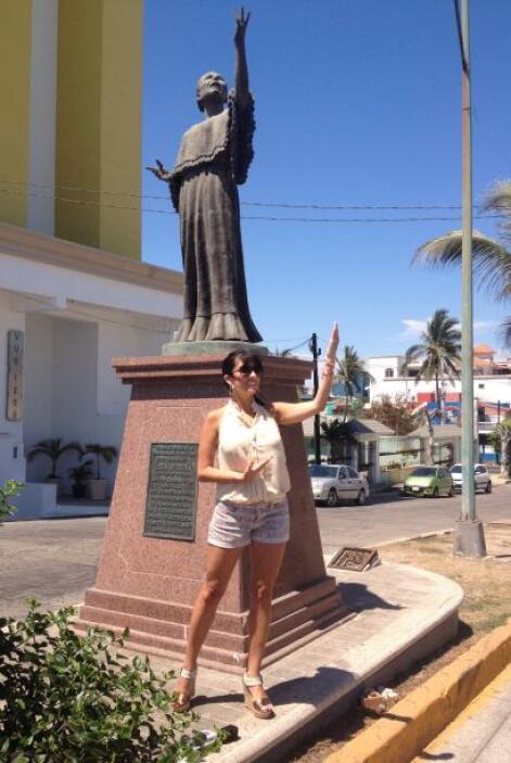 Aquí la vemos posando frente al monumento a la cantante Lola Beltrán.