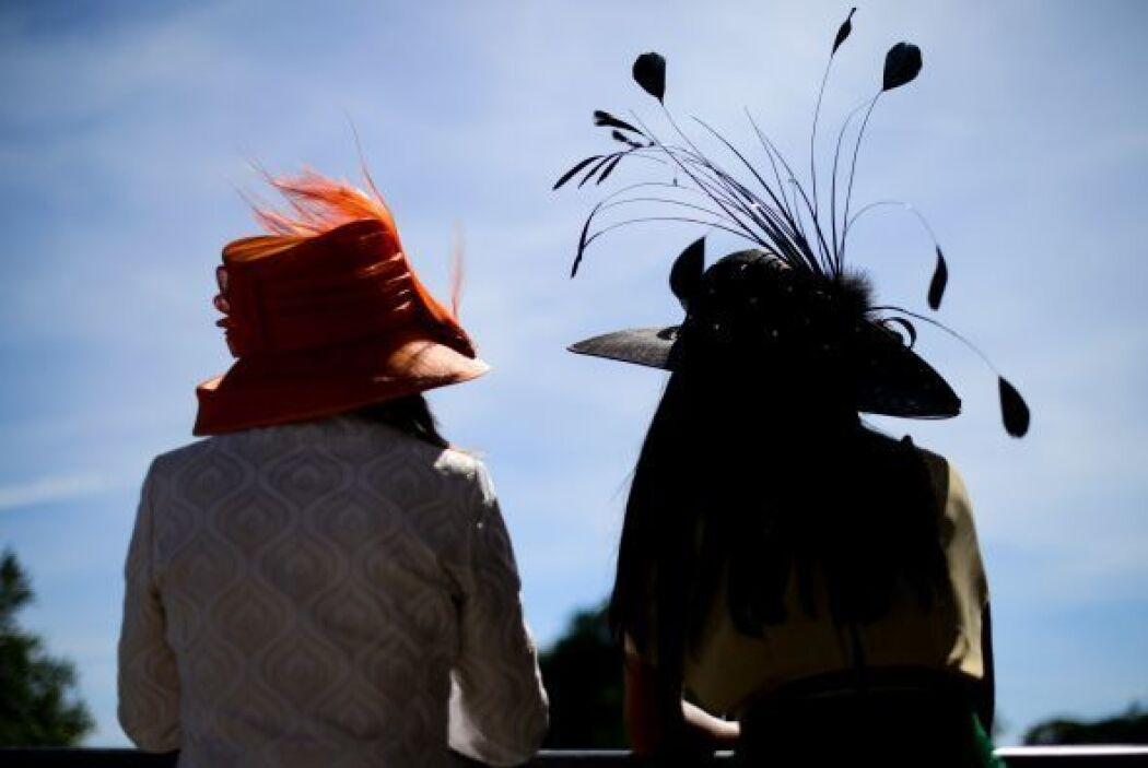 Aficionados a las carreras de caballo disfrutan del Royal Ascot en Berks...