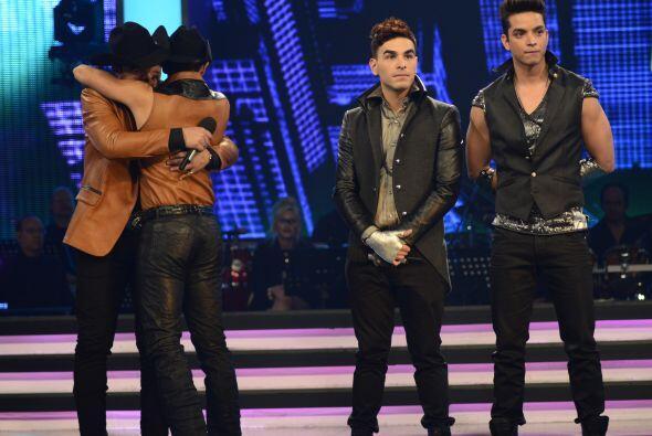 Luego Enrique y Fernando, quienes se fundieron en abrazo.