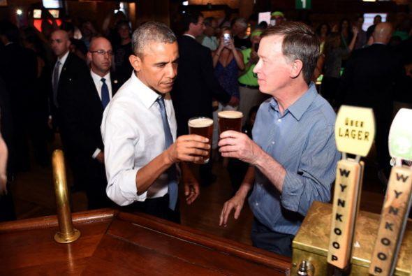 A su llegada, Obama y Hickenlooper compartieron cervezas.