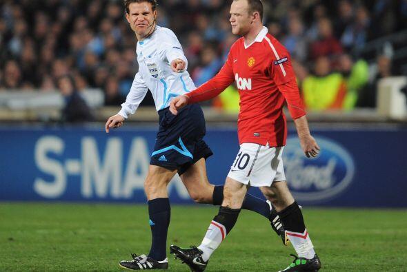 Rooney se quejó de esto, pero el árbitro no hizo demasiado ante los recl...