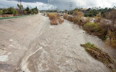 El río de Los Ángeles a su paso por Atwater Village durant...