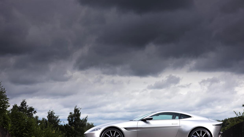 El dinámico perfil del Aston Martin DB10 es clásico y muy moderno a la vez