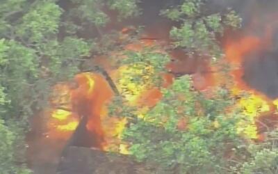 Un fuerte incendio se desata en una casa rodante que contenía tanques de...