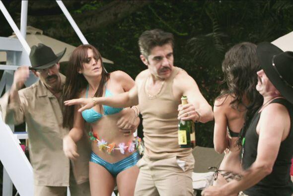 Mientras tanto en la fiesta de Zaca, Don Junior atendía a las lin...