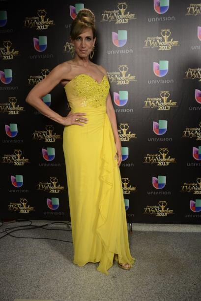Los fotógrafos reclamaron más de la guapa cubana con su hermoso vestido...