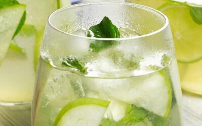 Sangría hecha con vino blanco, manzana verde, limón y hojas de menta.