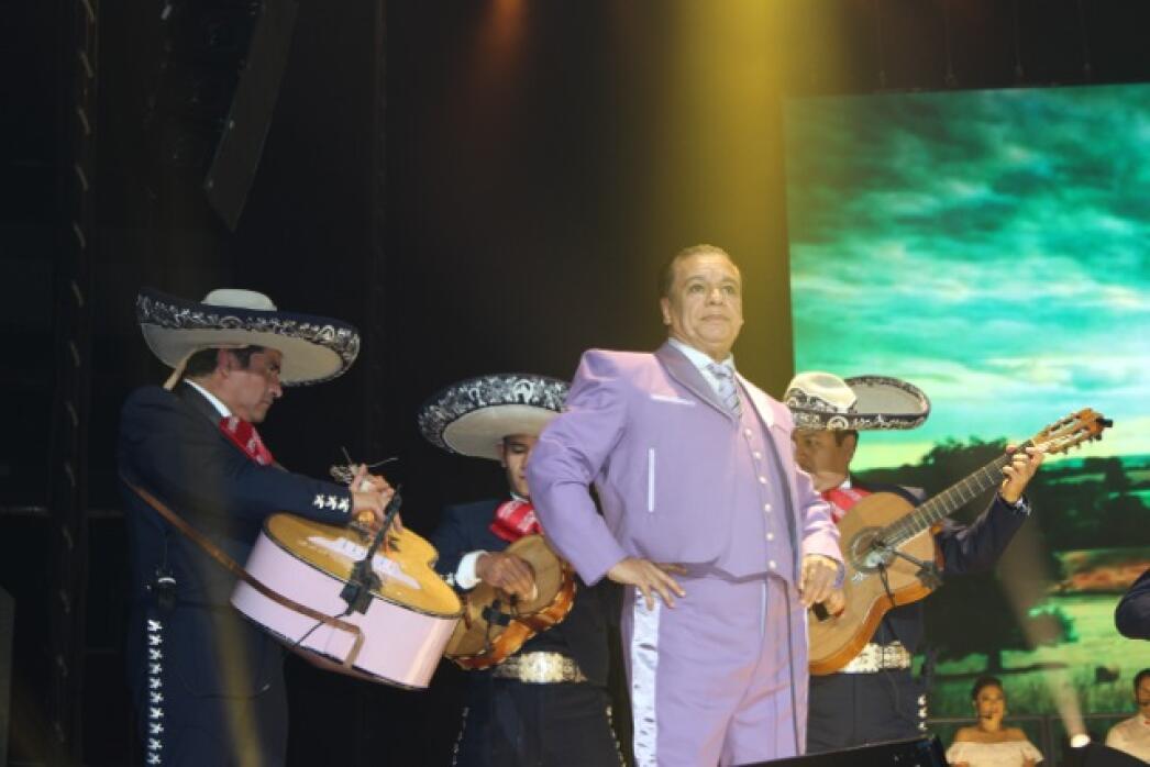 Juan Gabriel durante su presentación en el Prudential Center de N...