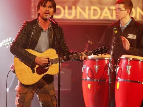 El cantante Colombiano y multi-ganador del GRAMMY, Juanes, se present&oa...
