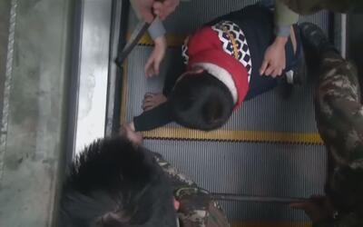 En video: Bomberos en China rescatan a un niño que se queda con la mano...