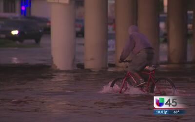 Diversos vecindarios del norte de Houston afectados por las fuertes lluvias