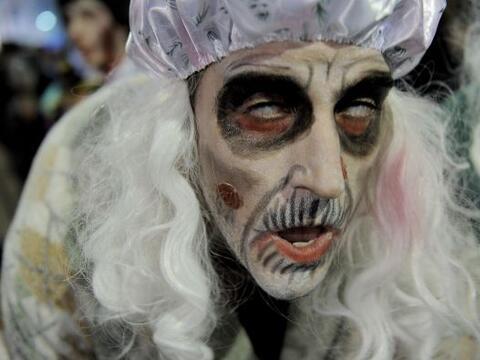 Vamos a empezar nuestro recorrido al mundo con este espeluznante zombie,...