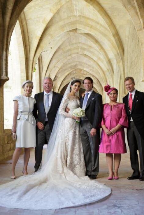 Una de las fotos oficiales del enlace, incluyó a los padres de ambos. A...