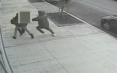 La policía busca dos sospechosos por propinar brutal golpiza a un hombre...
