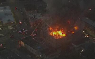 Voraz incendio consume la estructura de un mercado en Oakland