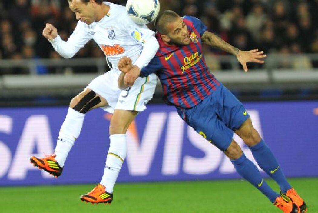 Santos intentó por momentos llegar a la portería del Barcelona, pero sin...