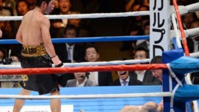 Takashi Miura ve a GAmaliel Díaz en la lona en su pelea en Japón.