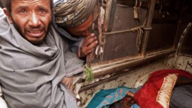 Un hombre llora ante el cuerpo de uno de los niños masacrados el domingo...